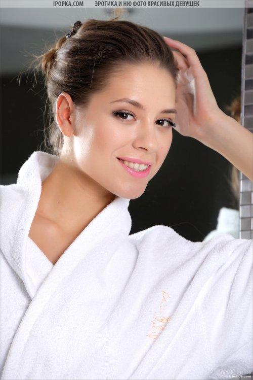 Красивая обнаженная девушка после ванны