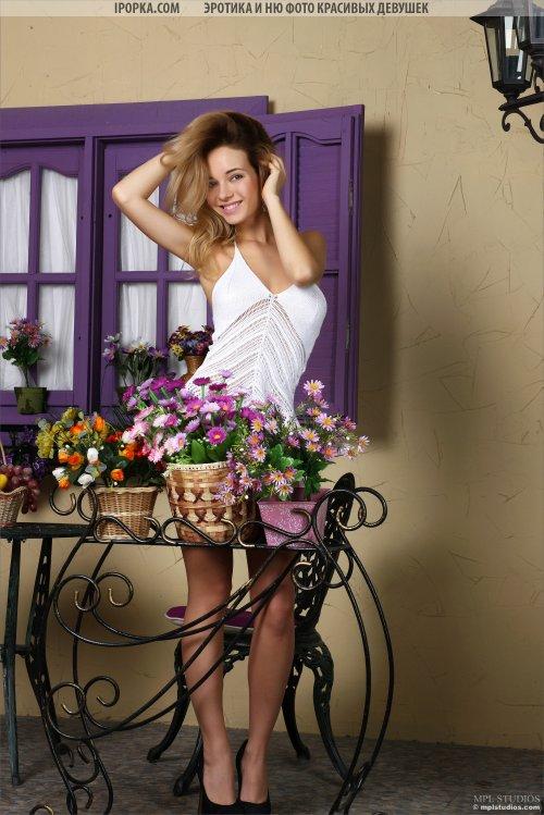 Длинноногая красотка скидывает платье на красивой фотосессии