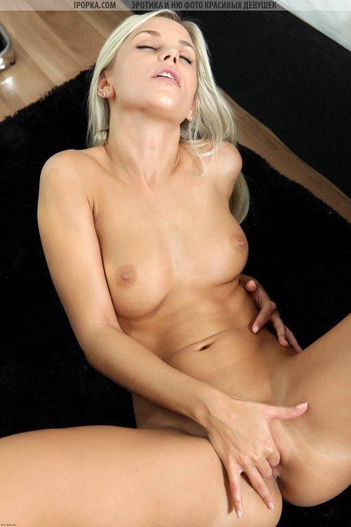 Гламурная длинноногая блондинка показывает свою шикарное тело