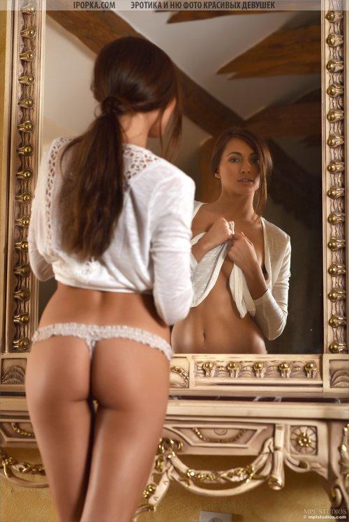 Загорелая брюнетка с шикарным телом и большой грудью