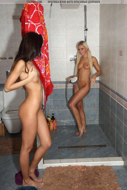 Блондинка и брюнетка лижут киски друг друга