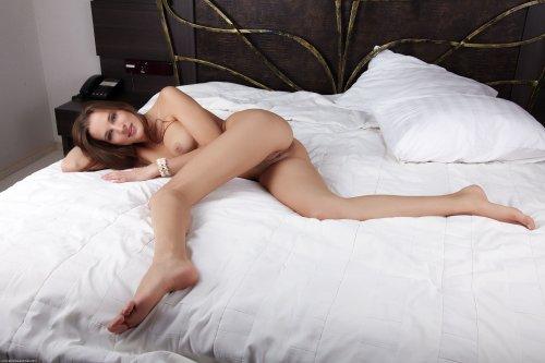 Юная красотка абсолютно голая