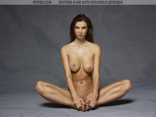 Красотка преподает голую йогу