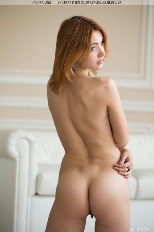 Брюнетка снимает красивое белье