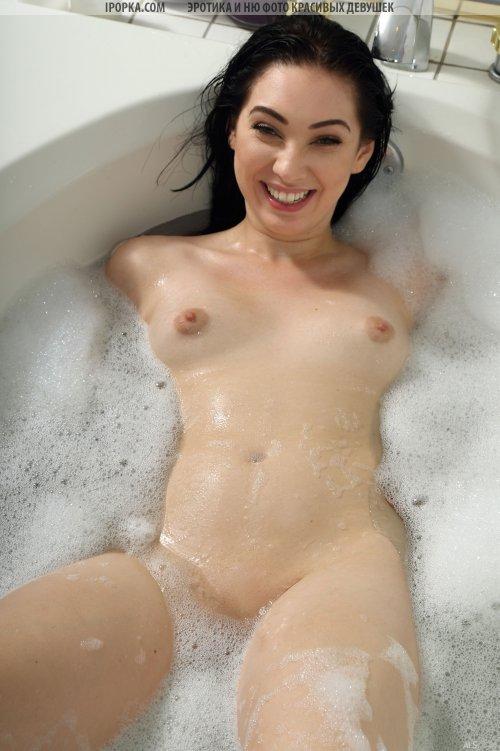 Сексуальная крошка моет свою киску в ванне