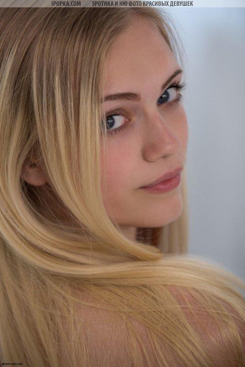 Юная нежная блондиночка абсолютно голая