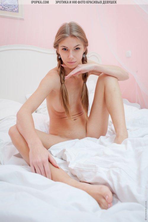 Голая юная девочка нежится в постели