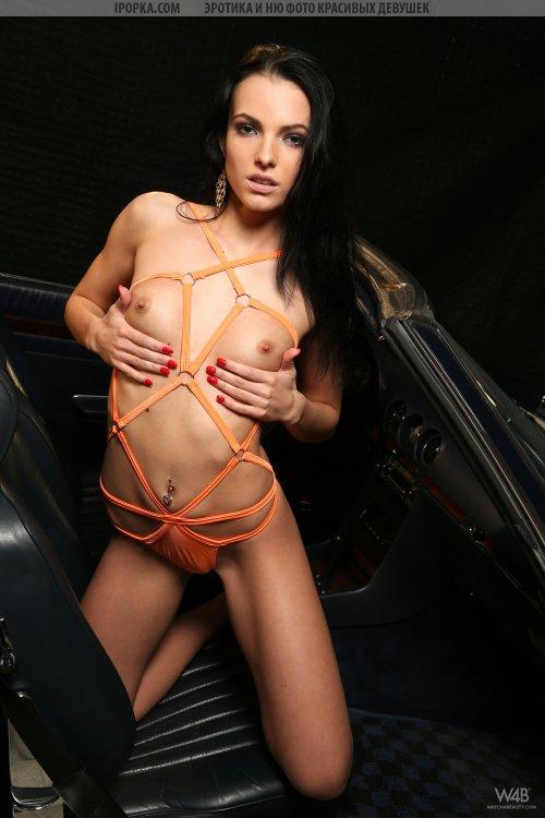 Красивая голая девушка позирует на Мерседесе
