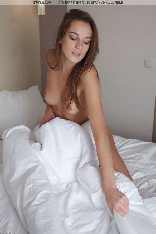 Сексуальная брюнетка спит совсем голая