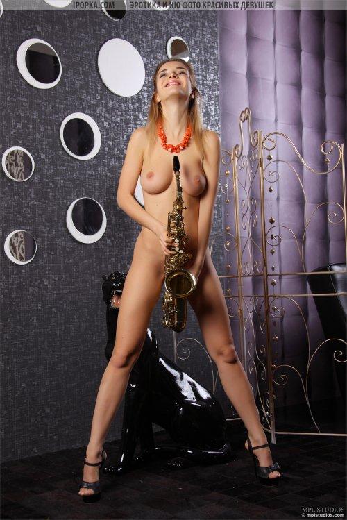 Голая блондиночка играет на саксофоне