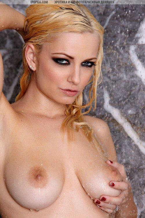 Мокрая блондиночка снимает с себя купальник