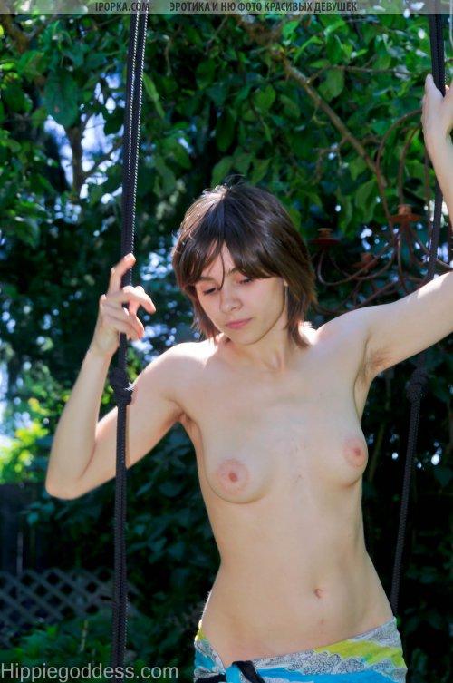 Зрелая телочка Таня обожает фоткаться голышом