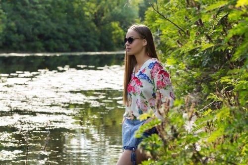 Шикарная блондинка позиует обнаженной в реке