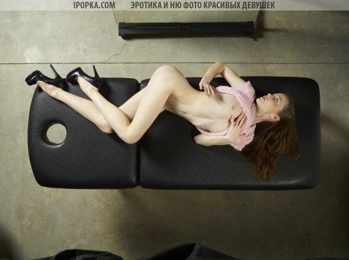 Малышка позирует на массажном столе