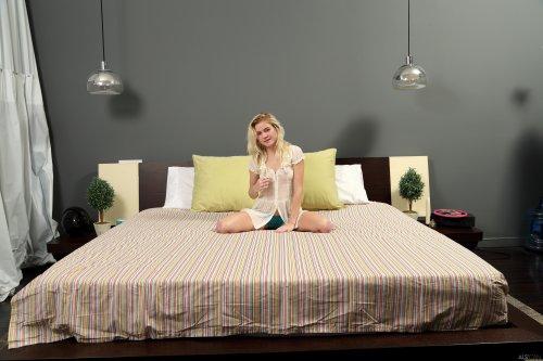 Стесняшка Катя показывает свою вагину