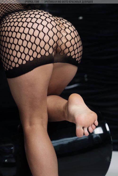 Сексапильная брюнетка в сетчатом платье встает рачком