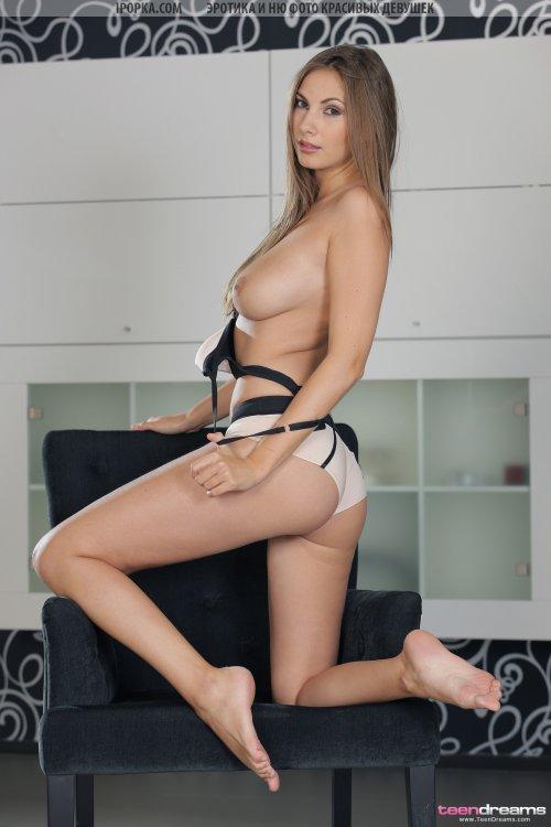 Красивая русская Анечка с большими сисями и ее первая фотосессия