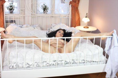 Сногсшибательная брюнетка нежится в постеле