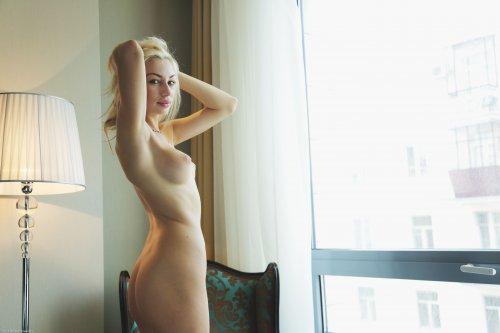 Длинноногая блондиночка с пухлыми губами