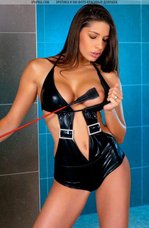 Госпожа с плеткой и черном латексном белье