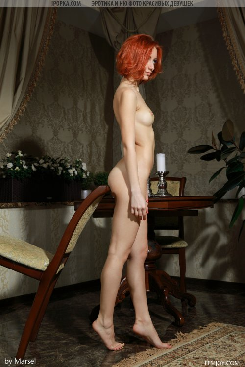 Молодая рыжая деваха оголяет свою киску