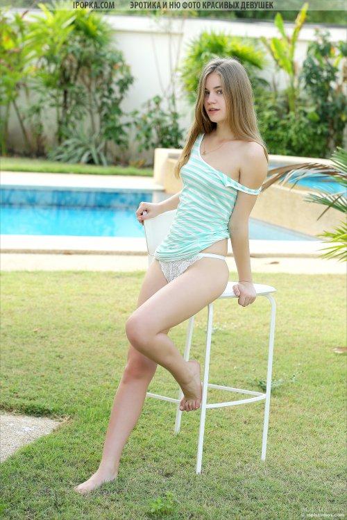 Сексуальная девочка снимает бикини у бассейна
