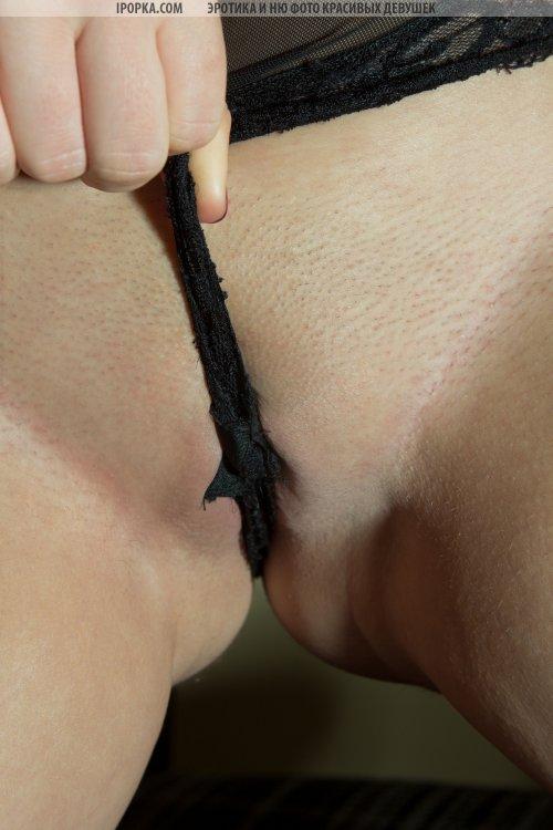 Агрессивная неформальная красотка в черных чулочках