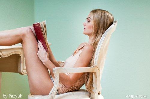 Стройная длинноволосая блондинка снимает трусики