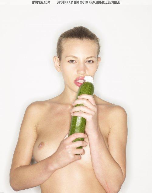 Необычная обнаженная фотосессия с овощами