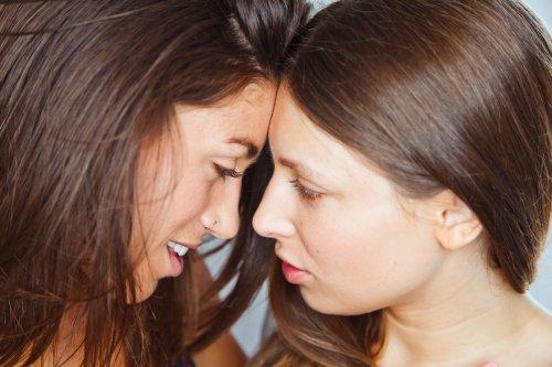 Две ласкающиеся подружки лесбиянки