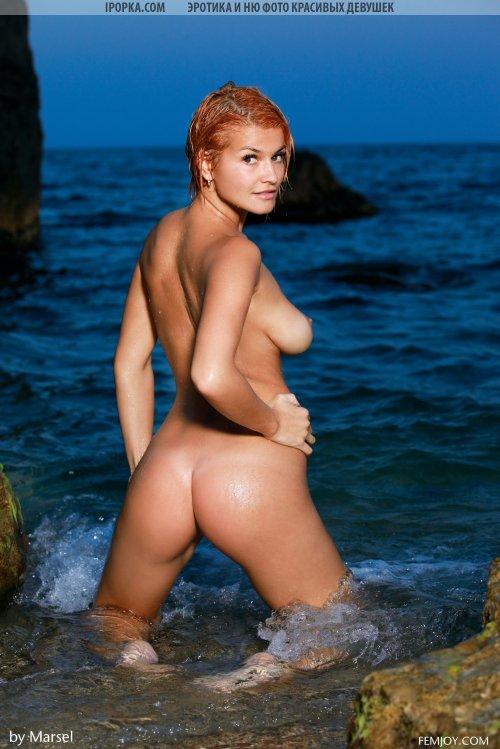 Прелестница снимает бикини на берегу моря