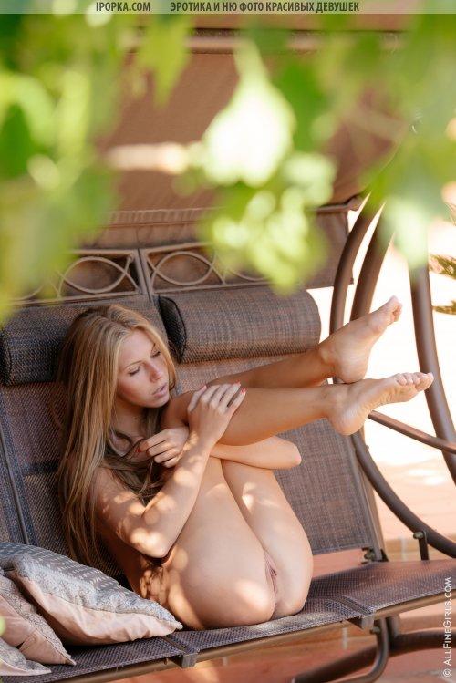 Сногсшибательная блондиночка снимает колготки в парке