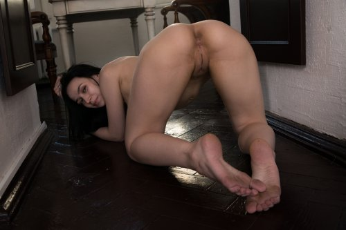 Домохозяйка позирует в колготках